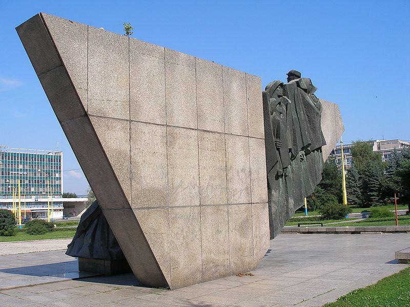 Pomník Slovenské republiky rad na Náměstí míru v Prešově. Odhalený v roce 1975. Foto Jozef Kotulič. Zdroj: Wikipedia.