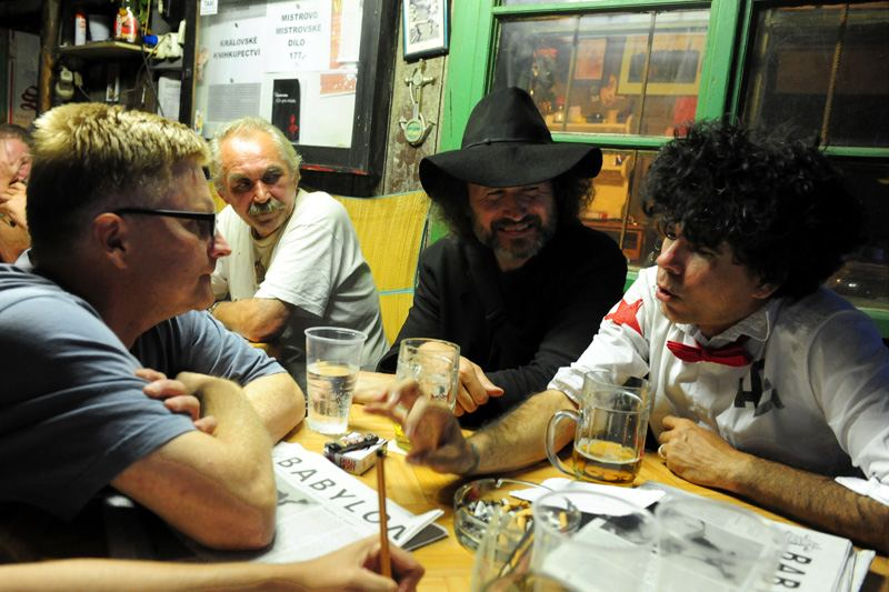 Když jsem byl před lety za kamarády v jejich zkušebně v Havaně, vzal tamní rocker Gorki kytaru, vylezl na terasu a na celou ulici začal z repráku vyhrávat: Ať chcípne Comandante! - Na snímku Gorki na redakční radě Babylonu U Budyho.