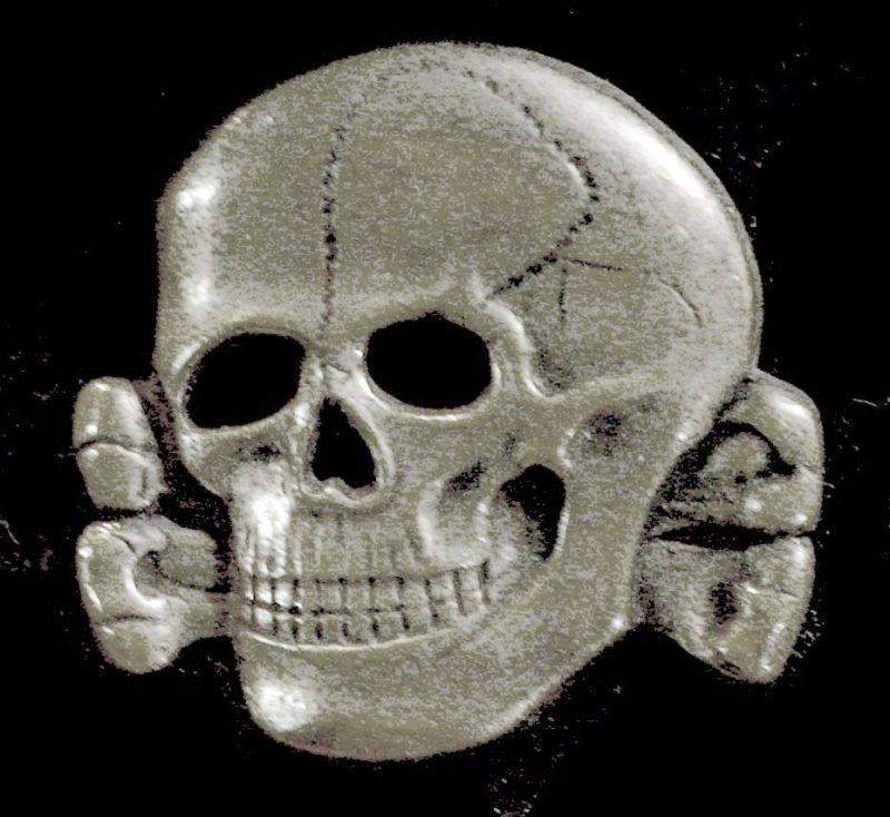 "Znak ""SS-Totenkopf"", verze užívaná v období 1934-1945. Zdroj: Wikimedia Commons."